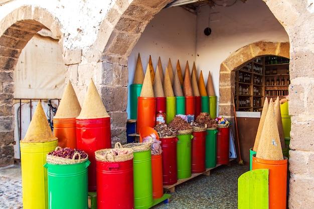 Especiarias e ervas tradicionais em um mercado em marrocos