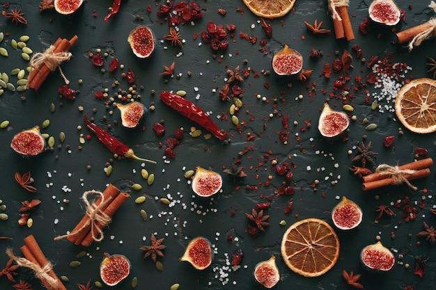 Especiarias e frutos secos plana leigos vista superior em preto