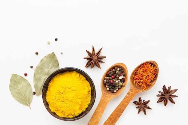 Especiarias e ingredientes com cópia-espaço