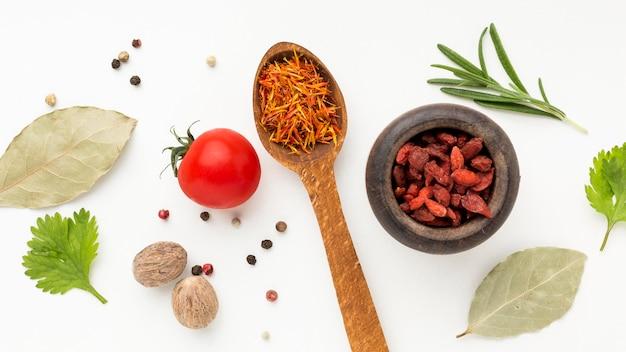 Especiarias e ingredientes na mesa