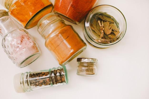 Especiarias em potes de vidro