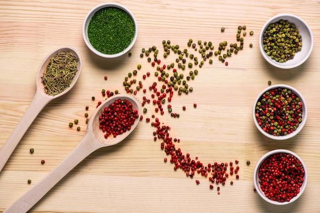 Especiarias em pratos e colheres na mesa de madeira