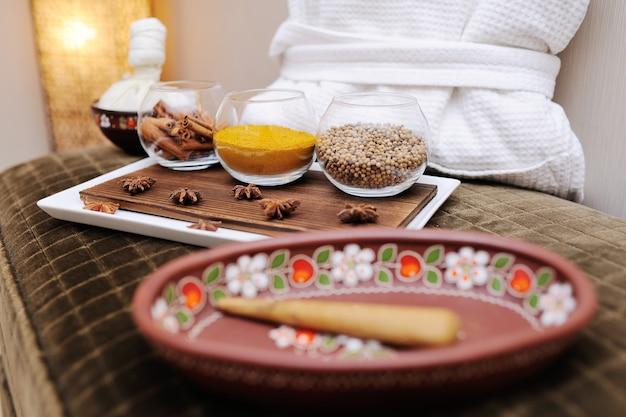 Especiarias em um prato bonito no salão de beleza spa close-up