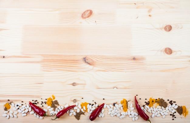 Especiarias em uma mesa de madeira