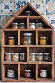 Especiarias em uma prateleira de despensa