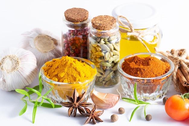 Especiarias, ervas e legumes aromáticos orgânicos na mesa de cozinha branca close-up.