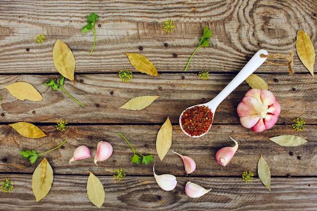 Especiarias, folha de louro, pimenta preta, alho e endro