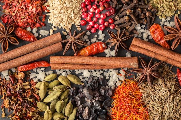 Especiarias indianas aromáticas em uma ardósia cinza