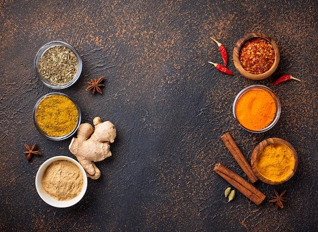 Especiarias indianas tradicionais sobre fundo enferrujado