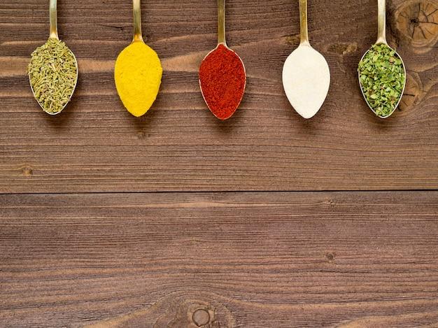 Especiarias moídas - alho, açafrão, páprica, alecrim, orégano