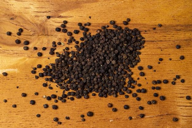 Especiarias. montão de pimenta em cima da mesa