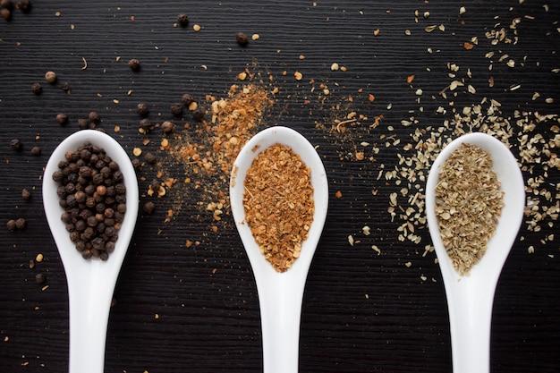 Especiarias na colher medidora. cozinhar e temperar a gosto