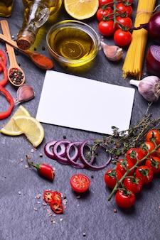 Especiarias naturais com vegetais e azeite