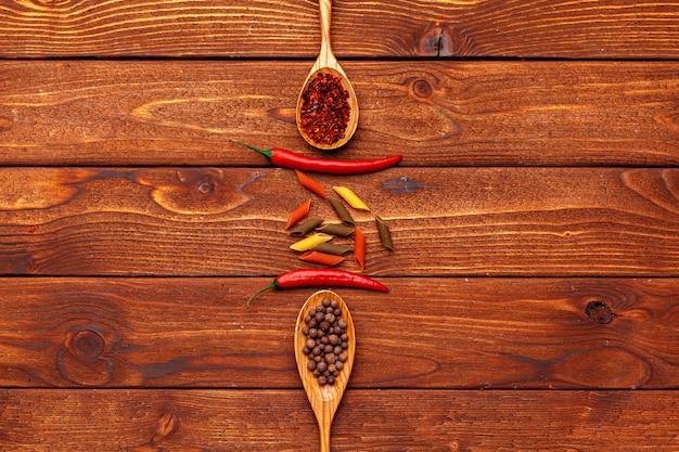 Especiarias no fundo da mesa de madeira