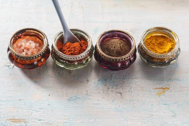 Especiarias orientais coloridas na mesa de madeira