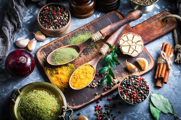 Especiarias para cozinhar em uma superfície velha