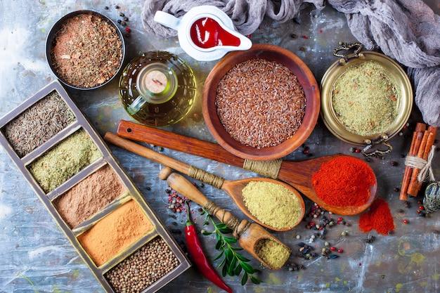 Especiarias para cozinhar, numa superfície antiga