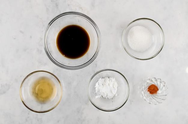 Especiarias para cozinhar salteados em uma mesa de mármore