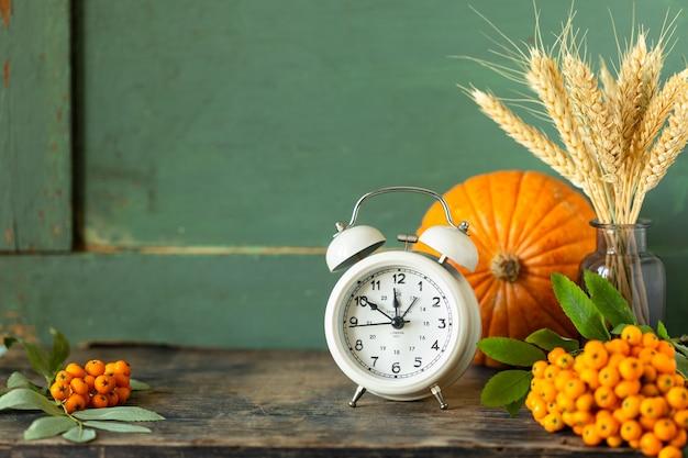 Especiarias para fazer doces caseiros de outono no escuro, rústico. copie o espaço
