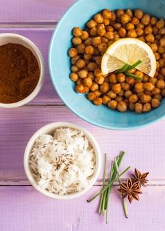 Especiarias perto de arroz e grão de bico