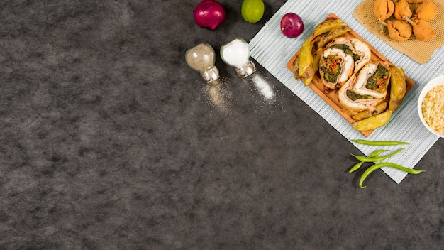 Especiarias perto de deliciosos pratos assados