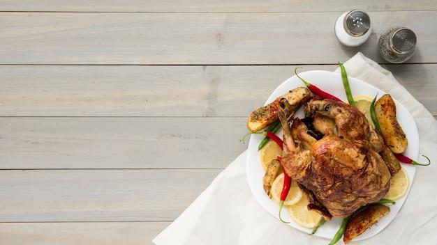 Especiarias perto de frango frito saboroso