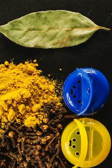 Especiarias perto de jarros