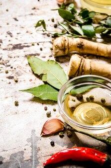 Especiarias picantes com azeite na mesa rústica.