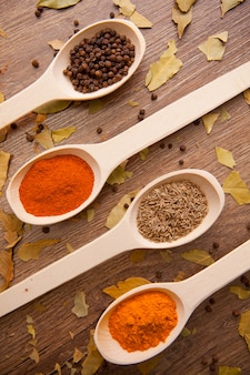 Especiarias - pimenta, curry, chilli, alcaravia