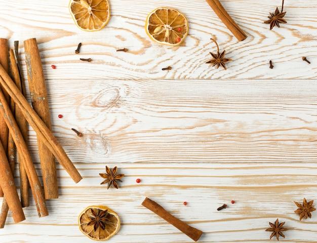 Especiarias secas em fundo de madeira