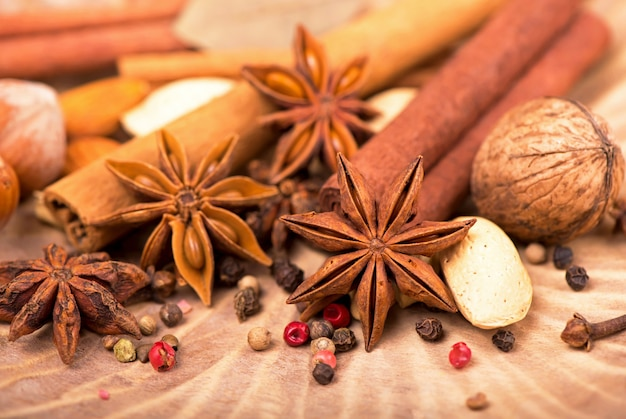 Especiarias tradicionais de natal - anis estrelado com canela e cravo em fundo de madeira rústico escuro