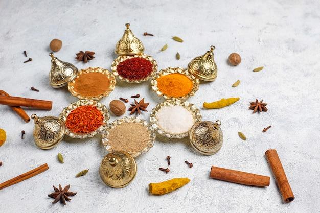 Especiarias variadas na mesa da cozinha