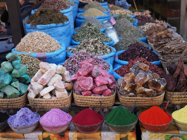 Espécies, flores e sabonetes no mercado de rua de marrakech, marrocos
