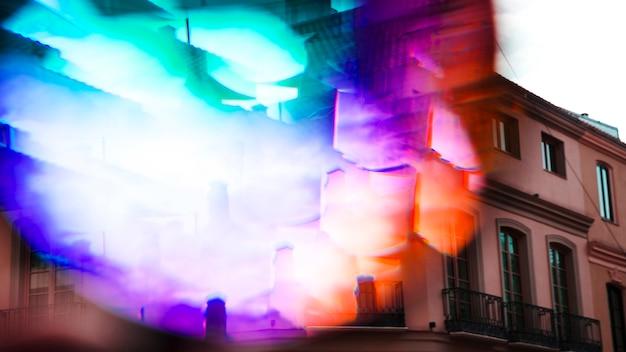 Espectro de luz multicolorida no exterior do edifício