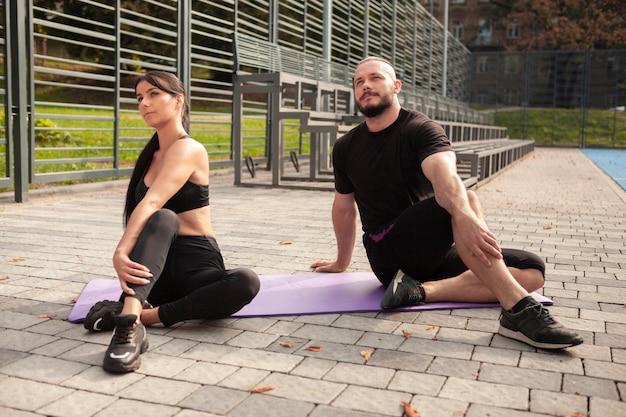 Espelhar exercícios de ioga na esteira com os amigos