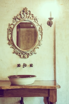 Espelho antigo com uma tigela de porcelana