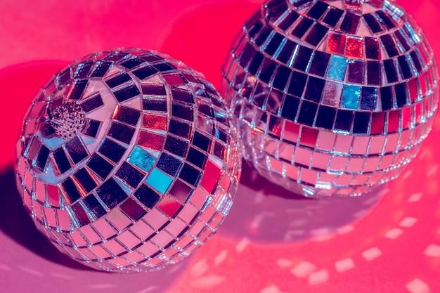 Espelho bolas de discoteca sobre rosa. festa, vida noturna
