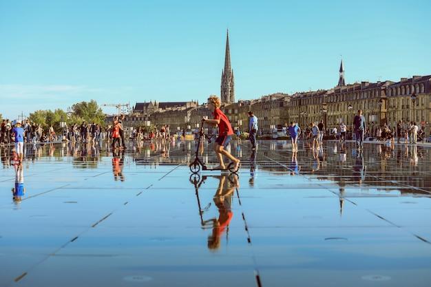 Espelho de água de bordeaux cheio de pessoas em um dos dias mais quentes de verão, se divertindo na água