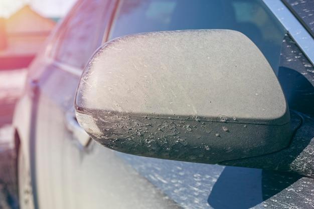 Espelho de carro sujo. detalhe close-up. tonificado