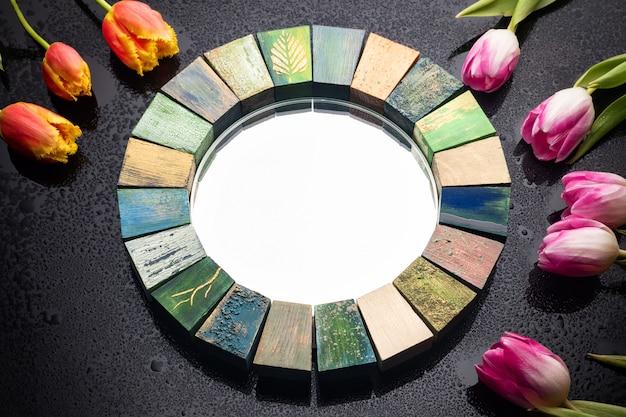 Espelho de design de interiores feito à mão em moldura de madeira com buquê de tulipas da primavera