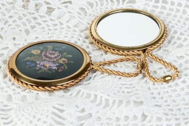 Espelho de mão de bronze do vintage dois