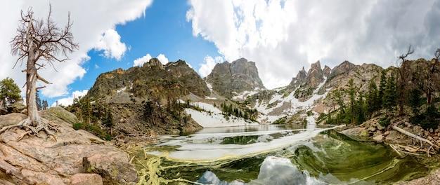 Espelho de montanhas em vista panorâmica do lago