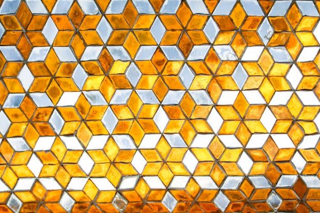 Espelho de mosaico é decorado com paredes, pilares de teto dentro de templos budistas