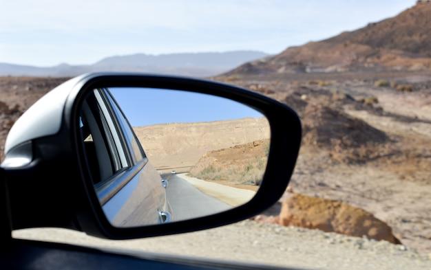 Espelho de vista lateral de um carro, na estrada