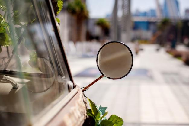 Espelho em um carro antigo cinza