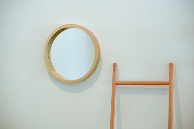 Espelho preso na parede da casa, interior minimalista