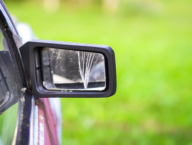Espelho retrovisor danificado em um carro.