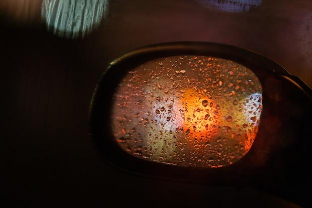 Espelho retrovisor de um carro na chuva