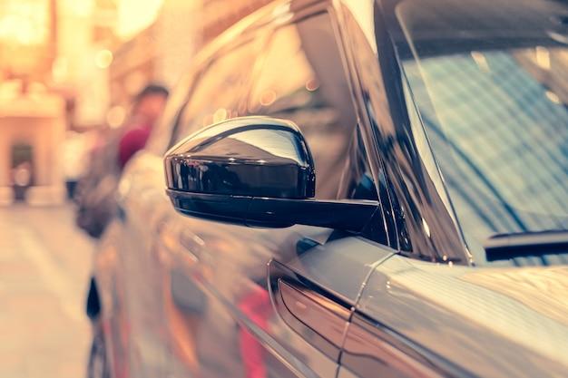 Espelho retrovisor externo de um carro moderno