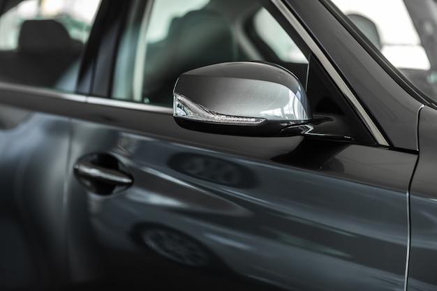 Espelho retrovisor. foco para espelhar a vista. espelho retrovisor lateral em um carro.